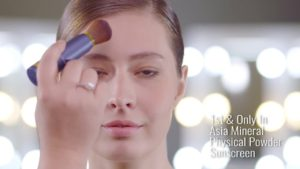 our model assisting in explanation video for kiss mineral makeup wEIjWBRVVGg